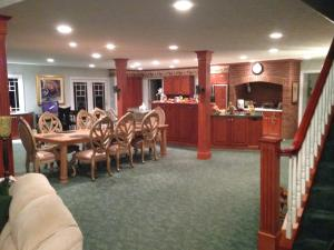 A restaurant or other place to eat at Longhouse Manor B&B