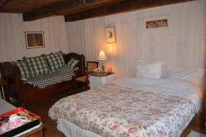 A bed or beds in a room at Le Lys de la Vallée