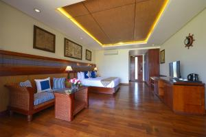 A seating area at Ngwe Saung Yacht Club & Resort