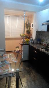 Кухня или мини-кухня в Apartment Simferopolskaya 22