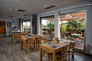 Un restaurante o sitio para comer en Campanile Hotel Elche