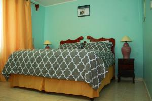 A bed or beds in a room at Avanti (Home away from home)
