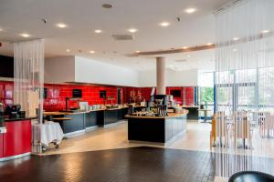 A restaurant or other place to eat at TRYP Düsseldorf Airport