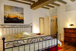 A bed or beds in a room at Rhein River Guesthouse - Art Hotel on the Rhine