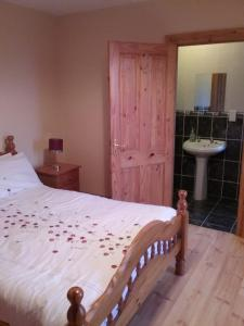 A bed or beds in a room at Willowfarmhouse