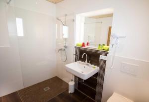A bathroom at ROOM'Z zimmeraufzeit