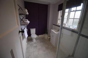 A bathroom at The Old Bear Inn