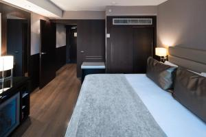 A bed or beds in a room at Catalonia Rigoletto