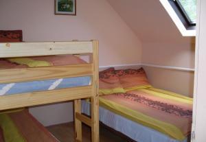 Kilátó Vendégház és Étterem emeletes ágyai egy szobában