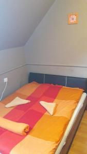 A bed or beds in a room at Kilátó Vendégház és Étterem