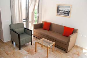 A seating area at The Market Courtyard - Suites Hotel