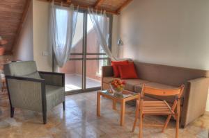 Ein Sitzbereich in der Unterkunft The Market Courtyard - Suites Hotel