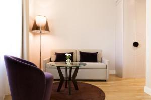 Ein Sitzbereich in der Unterkunft Elite Hotel Adlon