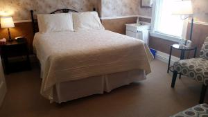 A bed or beds in a room at Bayside Inn