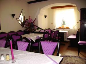 Ein Restaurant oder anderes Speiselokal in der Unterkunft Hotel an der Hauptallee
