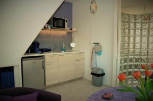 A kitchen or kitchenette at Sam's Place