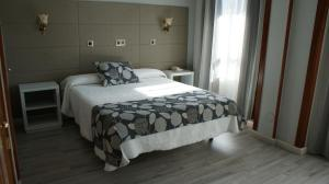 A bed or beds in a room at Hotel Los Naranjos
