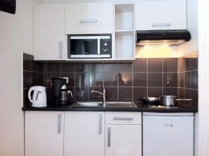 Een keuken of kitchenette bij Résidence du Soleil