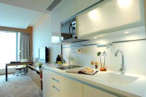 Una cocina o zona de cocina en The HarbourView Place @ the ICC megalopolis