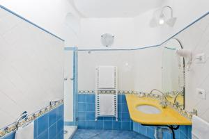 A bathroom at Hotel Vittoria