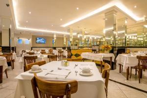 Um restaurante ou outro lugar para comer em Argentina Hotel