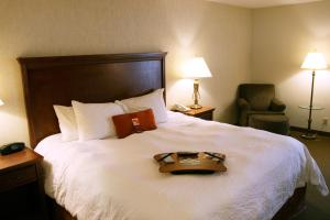 A bed or beds in a room at Hampton Inn St. Louis Southwest