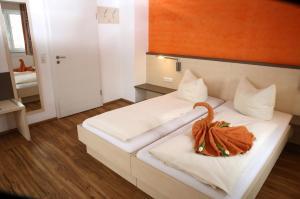 Ein Bett oder Betten in einem Zimmer der Unterkunft Goldener Schlüssel mit Gästehaus Sina