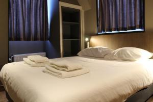 מיטה או מיטות בחדר ב-Hotel Blossoms City