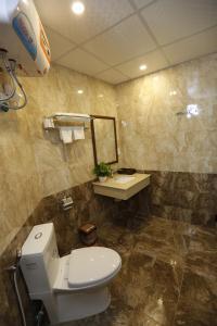 A bathroom at Hoang Ngoc Hotel