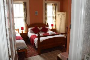 A bed or beds in a room at Middlegate Hotel
