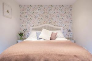 A bed or beds in a room at Fig Cottage, near Bradford on Avon and Bath