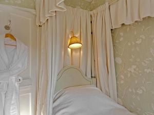 A bed or beds in a room at Goodwood Cottage