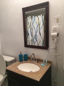 A bathroom at Casa Del Sol Waterfront Resort & Marina
