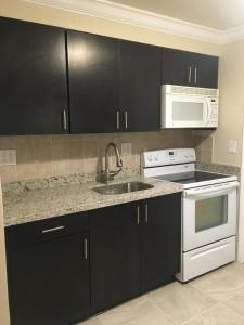 A kitchen or kitchenette at Casa Del Sol Waterfront Resort & Marina