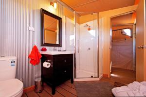 A bathroom at Squeakywindmill Boutique Tent B&B