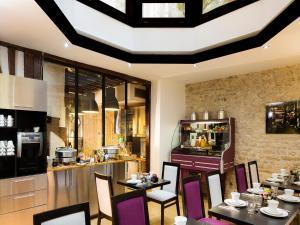 מסעדה או מקום אחר לאכול בו ב-Hôtel Jacques De Molay