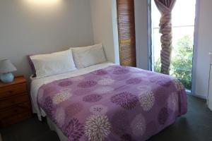 A bed or beds in a room at Matildas End Holiday Units