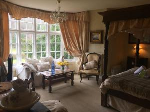 A seating area at Glyn Isa Country House B&B