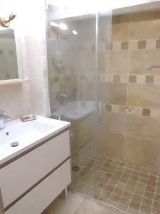 A bathroom at Clos Réginel Remparts Sud