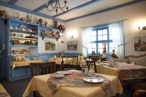 A restaurant or other place to eat at Hotel Goldenes Faß
