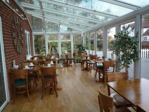 A restaurant or other place to eat at Grove Guest House