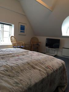En eller flere senge i et værelse på Reersø Kro