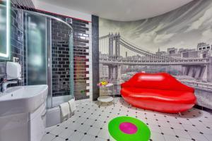 A bathroom at Emigrand Art Hotel