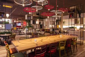 A restaurant or other place to eat at IntercityHotel Braunschweig