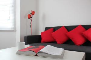 A seating area at West Hill Apartment