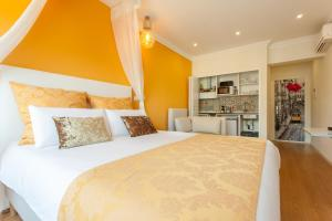 A bed or beds in a room at Dom Dinis Studios