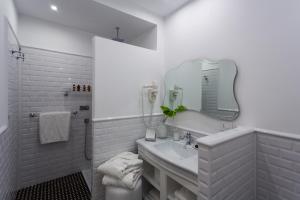 A bathroom at Hotel President