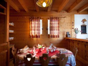 A restaurant or other place to eat at Chalet Juliet
