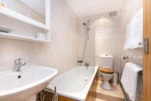 A bathroom at Marble Arch Serviced Apartments