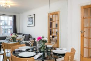 A restaurant or other place to eat at Marble Arch Serviced Apartments